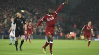 Gelandang Liverpool, Sadio Mane, merayakan gol ke gawang Manchester City pada laga Premier League di Stadion Anfield, Liverpool, Minggu (14/1/2018). Liverpool menang 4-3 atas City. (AFP/Oli Scarff)