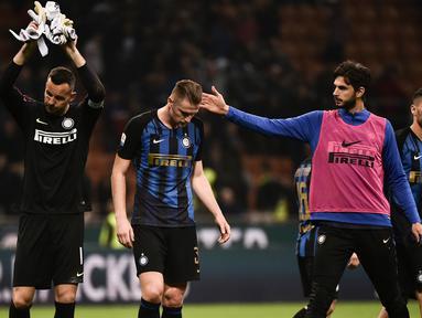 Para pemain Inter Milan tampak lesu usai ditaklukkan Lazio pada laga Serie A di Stadion Giuseppe Meazza, Minggu (31/3). Inter Milan takluk 0-1 dari Lazio. (AFP/Marco Bertorello)