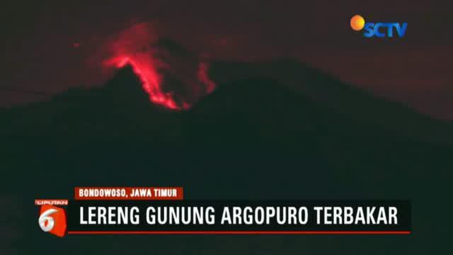 Menurut warga api mulai terlihat sejak Sabtu siang yang ditandai dengan kepulan asap di lereng gunung.