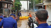 Kawasan Cipinang Melayu, Jakarta Timur, kembali terendam banjir imbas hujan yang mengguyur sejak Selasa (25/2/2020) dini hari. (Liputan6.com/Nanda Perdana Putra)