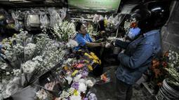 Malam Takbiran warga berburu bunga sedap malam di pasar kembang, Pal Sigunung, Depok, Selasa (5/7/2016). Warga membeli bunga hias untuk pelengkap Idul Fitri 1437 H. (Liputan6.com/Yoppy Renato)
