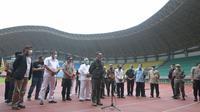 Gubernur Jawa Barat Ridwan Kamil saat meninjau kesiapan Stadion Patriot Chandrabhaga, Kota Bekasi, untuk menggelar rapid test, Minggu (22/3/20). (Humas Jabar)
