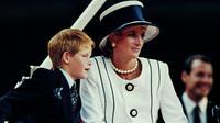 Putri Diana dan Pangeran Harry saat menghadiri VJ Day pada 19 Agustus 1995. (Johnny EGGITT / AFP)