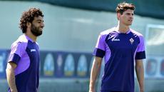 2 Pemain Fiorentina tengah melakukan latihan terakhir  jelang pertandingan melawan Dynamo Kiev pada leg ke-2 perempatfinal European League, Kamis (23/4/2015). (AFP)