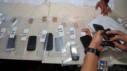 Sebanyak 42 barang elektronik dilelang KPK, mulai dari telepon genggam hingga laptop, Jakarta, Rabu (12/11/2014). (Liputan6.com/Miftahul Hayat)