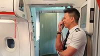 Raphael Leong, pilot yang memberikan kejutan untuk orangtuanya di pesawat. (dok. Screenshot Facebook @JetstarAsiaAirways/Putu Elmira)