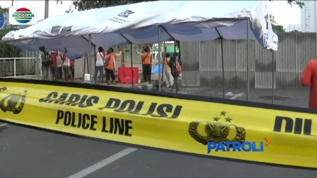 Petugas mengamankan lokasi amblesnya Jalan Raya Gubeng, Surabaya, dengan membuat pagar setinggi dua meter dan garis polisi.