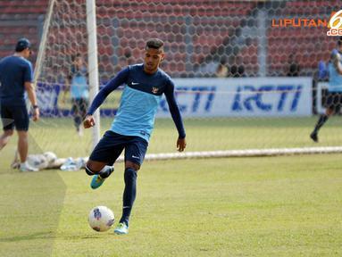 Untuk meredam kecepatan pemain Cina pemain belakang Timnas Indonesia Hashim Kipuw terlihat melakukan latihan serius (Liputan6.com/ Helmi Fithriansyah)