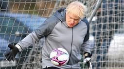 Perdana Menteri Inggris Boris Johnson menjadi kiper sebelum pertandingan sepak bola putri junior antara Hazel Grove United JFC dan Poynton di Cheadle Hulme, Inggris, Sabtu (7/12/2019). Aksi itu dalam rangka kampanye jelang pemilu Inggris pada 12 Desember 2019. (Toby Melville/Pool Photo via AP)