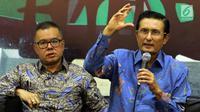 Perwakilan Komisi VII, Fadel Muhammad (kanan) menerima kedatangan rombongan LIPI di Kompleks Parlemen Senayan, Rabu (30/1). Rombongan peneliti LIPI mengadukan kebijakan sang kepala yang baru, Laksana Tri Handoko. (Liputan6.com/Johan Tallo)