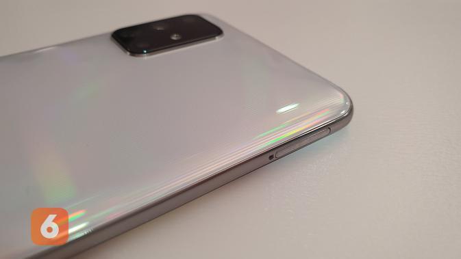 Slot SIM card pada Galaxy A71 terdapat di sisi bodi smartphone (Liputan6.com/ Agustin Setyo W).