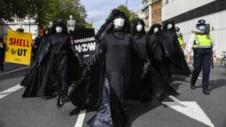 Aktivis Extinction Rebellion berbaris di sepanjang Parliament Street sebagai bagian dari protes perubahan iklim di London, Inggris, Selasa (8/9/2020). Menggelar aksi di tengah pandemi COVID-19, para aktivis mengenakan masker selama protes berlangsung. (AP Photo/Alberto Pezzali)