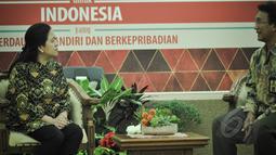Menko Bidang Pembangunan Manusia Dan Kebudayaan Puan Maharani menerima Pjs Kepala Kanwil DJP Wajib Pajak Besar Rida Handanu sebelum menyerahkan SPT pajak penghasilan di Kantor Kementerian PMK, Jakarta, Kamis (26/3/2015). (Liputan6.com/Faizal Fanani)