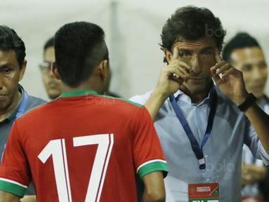 Pelatih Indonesia, Luis Milla, memberikan arahan kepada Saddil Ramdani, saat pertandingan melawan Guyana di Stadion Patriot, Bekasi, Sabtu (25/11/2017). Indonesia menang 2-1 atas Guyana. (Bola.com/M Iqbal Ichsan)