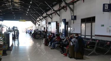 Pelayanan di Stasiun Pasarturi berlangsung normal usai insiden atap ambruk. (Dian Kurniawan/Liputan6.com)