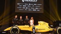Peselancar wanita profesional Australia, Ellie-Jean Coffey saat bersama kru Renault jelang Australian Formula One Grand Prix di Melbourne 16 Maret 2016 (AFP/Paul Crock)