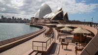 Area makan di Sydney Opera House ditutup di Sydney, Australia, pada 1 September 2020. Sektor pariwisata di Australia terdampak parah oleh pandemi COVID-19. (Xinhua/Hu Jingchen)