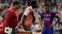Gelandang Barcelona, Andres Iniesta, cedera saat melawan Valencia pada laga La Liga di Stadion Mestalla, Valencia, Sabtu (22/10/2016). Barcelona menang 3-2 atas Valencia. (AFP/Jose Jordan)