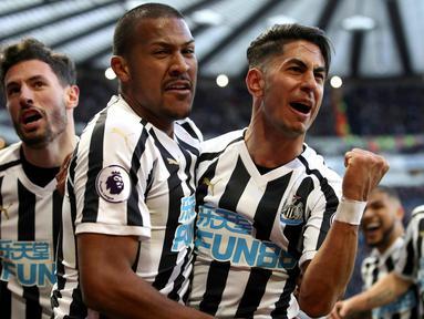 Pemain Newcastle United Ayoze Perez (kanan) merayakan kemenangan timnya atas Everton dalam lanjutan Liga Inggris pekan ke-30 di St James 'Park, Newcastle, Sabtu (9/3). Newcastle melibas Everton 3-2 lewat comeback gemilang. (Owen Humphreys/PA via AP)