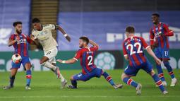 Penyerang Manchester United, Marcus Rashford (kedua kiri) beraksi saat bertandang ke markas Crystal Palace pada dalam laga Liga Inggris pekan ke-36 di Selhurst Park, London, Kamis (16/7/2020).  MU meraih kemenangan di kandang Crystal Palace dengan skor 2-0. (AP Photo/Peter Cziborra, Pool)
