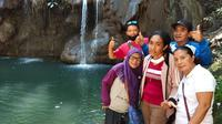 Foto: Wisatawan lokal pose di wisata air terjun Cuncang Wae Jati, Labuan Bajo (Liputan6.com/Ola Keda)