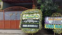 Sejumlah karangan bunga masih berjejer di depan kediaman Teddy Pradiyana, Rabu (8/1/2020). (Liputan6.com/Huyogo Simbolon)