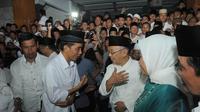 Tampak para santri berusaha mengabadikan pertemuan Jokowi dengan pimpinan Pondok Pesantren Tebu Ireng (Liputan6.com/Herman Zakharia)