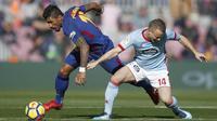 Gelandang Barcelona, Paulinho, berusaha melewati gelandang Celta Vigo, Stanislav Lobotka, pada laga La Liga Spanyol di Stadion Camp Nou, Katalonia, Sabtu (2/12/2017). Kedua klub bermain imbang 2-2. (AP/Manu Fernandez)
