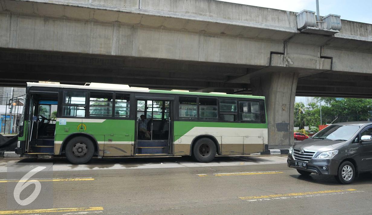 Pengemudi bersantai didalam bus PPD 43 jurusan tanjung priok cililitan yang sedang mogok di Jakarta, senin, (15/2). Dari data Dishubtrans, beberapa trayek bus besar yang dihapus adalah PPD 41A (Kampung Rambutan-Dr Sutomo). (Liputan6.com/Gempur M Surya)