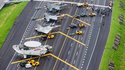 "Pesawat-pesawat tempur Taiwan diparkir di jalan raya dalam rangkaian latihan militer ""Han Kuang"" yang rutin digelar setiap tahun di wilayah selatan Changhua, Selasa (27/5/2019). Latihan perang itu sebagai simulasi untuk mengantisipasi serangan China. (Military News Agency via AP)"