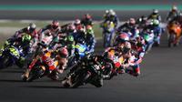 Para pebalap MotoGP memacu motornya pada MotoGP Qatar di Sirkuit Losail, Doha, Minggu (18/3/2018). Andrea Dovizioso menjadi juara seri ini dengan catatan waktu 42 menit 34,654 detik. (AFP/Karim Jaafar)