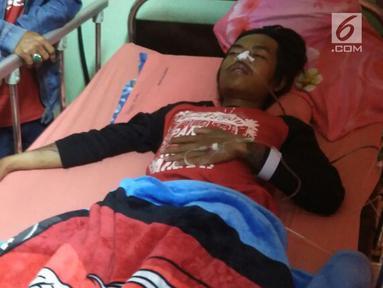 Seorang korban minuman keras buatan atau miras oplasan terbaring di rumah sakit di Cicalengka, Jawa Barat (11/4). Korban minuman keras oplosan terus bertambah, hingga Selasa (10/4) jumlah korban tewas mencapai 51 orang.(Liputan6.com/Pool/Polda Jabar)