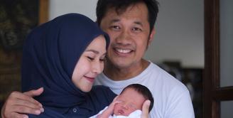Setelah melahirkan anak kelimanya di Yogyakarta, kini Zaskia Adya Mecca bersama sang suami, Hanung Bramantyo dan anak-anaknya kembal ke Jakarta. Banyak hal yang  harus dilakukan mereka di Jakarta, salah satunya menyunat Bhaj Kama. (Instagram/zaskiadyamecca)