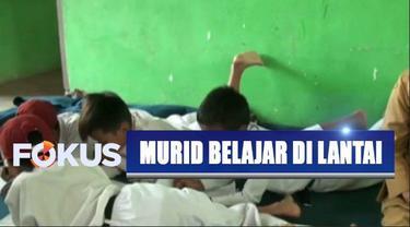 Belajar mengajar di SDN 2 Pasir Kupa, Banten, kurang efektif karena mereka kekurangan meja dan kursi.
