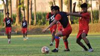 Sesi latihan Arema FC saat Ramadan 2021. (Bola.com/Iwan Setiawan)