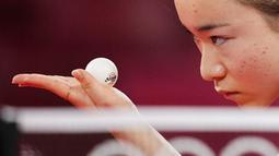 Petenis Jepang, Mima Ito, tampak serius memandang bola saat bertanding melawan atlet tenis meja Singapur, Yu Mengyu, pada perebutan medali perunggu tunggal putri di Olimpiade Tokyo 2020, Selasa, (27/7/2021). (Foto: AP/Kin Cheung)