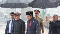 Presiden Joko Widodo berjalan bersama Presiden Afghanistan Ashraf Ghani saat kunjungan kenegaraan ke Afghanistan (29/1). Kunjungan Jokowi ke Afghanistan dalam rangka kerja sama kedua negara di sejumlah bidang. (Liputan6.com/Pool/Rusman Biro Pers Setpres)