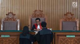 Hakim Agus Widodo berbincang disela sidang perdana praperadilan mantan Ketum PPP Romahurmuziy alias Rommy di Pengadilan Negeri Jakarta Selatan, Senin (22/4). Sidang ditunda selama dua pekan karena KPK, selaku tergugat, mengaku masih mengumpulkan bukti-bukti. (Liputan6.com/Immanuel Antonius)