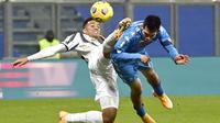 Bek Juventus, Danilo, berebut bola dengan pemain Napoli, Hirving Lozano pada laga final Piala Super Italia di Stadion Mapei, Rabu (20/1/2021). Juventus menang dengan skor 2-0. (Massimo Paolone/LaPresse via AP)