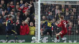 Gelandang Arsenal, Ainsley Maitland-Niles (tengah) mencetak gol ke gawang Liverpool pada laga babak 16 Besar Carabao Cup di Anfield Stadium, Rabu (30/10/2019). Berimbang 5-5 di waktu normal, Liverpool menang 5-4 dalam adu penalti dan maju ke perempatfinal . (AP/Jon Super)