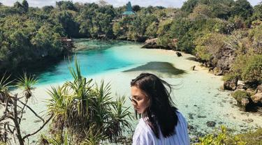 Wanita yang dikabarkan dekat dengan Dylan Carr ini memilih Danau Weekuri sebagai destinasi wisatanya. Danau yang dikelilingi oleh batu karang yang memisahkannya dengan laut ini memanjakan mata Angela. (Liputan6.com/IG/@angelagilsha)