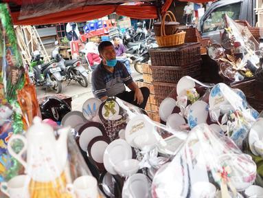 Pedagang menunggu pembeli di salah satu pusat penjualan parsel di kawasan Cikini, Jakarta, Rabu (13/5/2020). Selama bulan Ramadan, para pedagang mengaku omzet penjualan parsel turun hingga 90 persen dibandingkan tahun lalu akibat adanya pandemi virus corona COVID-19. (Liputan6.com/Immanuel Antonius)