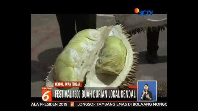 Ratusan orang saling berdesakan dan berebut mengambil durian. Anak-anak yang ikut antre terjepit dan harus dievakuasi panitia.