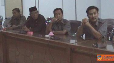 Citizen6, Jember: Perwakilan warga Dusun Mandilis, Desa Sanenrejo yang menjadi korban erosi Sungai Mandilis menemui Komisi C DPRD Kabupaten Jember didampingi oleh DPC relawan perjuangan demokrasi (REPDEM) Jember, Senin (18/4). (Pengirim: Sapto Raharjanto)