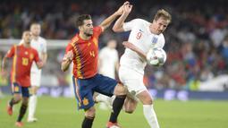 Striker Inggris, Harry Kane, berusaha melewati penjagaan bek Spanyol, Nacho, pada laga UEFA Nations League di Stadion Benito Villamarin, Sevilla, Senin (15/10). Spanyol kalah 2-3 dari Inggris. (AFP/Cristina Quicler)