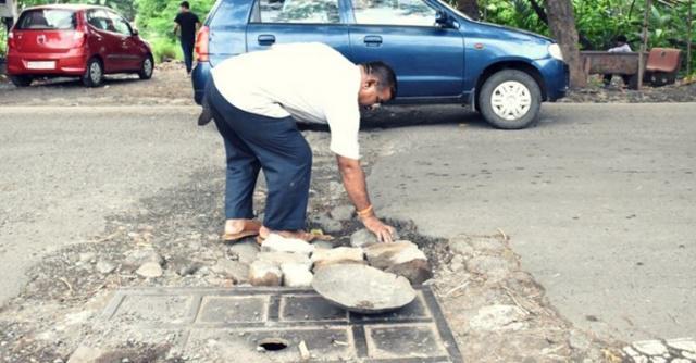 Dadarao menambal jalan berlubang/copyright Yahoo News India/worldofbuzz.com