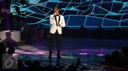 Penyanyi muda berbakat, Afgansyah Reza atau Afgan tampil di atas panggung perayaan HUT 26 SCTV di Istora Senayan, Jakarta, Rabu (24/8). Pada kesempatan itu, Afgan berkolaborasi dengan Raisa menyanyikan lagu 'Percayalah'. (Liputan6.com/Herman Zakharia)