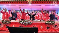 Presiden Joko Widodo atau Jokowi (tiga kiri) bersama Ketua Umum PDIP Megawati Soekarnoputri (tiga kanan) serta sejumlah petinggi PDIP berpose saat Rakernas PDIP III Tahun 2018 di Badung, Bali, Jumat (23/2). (Liputan6.com/Pool/Biro Pers Setpress)
