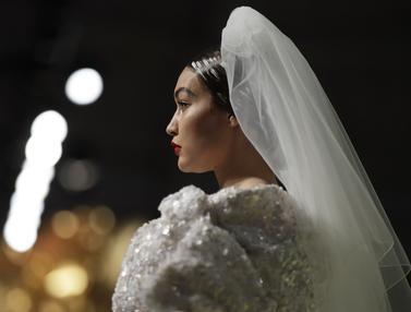 Kenakan Gaun Pengantin, Gigi Hadid Tampil Anggun di Milan