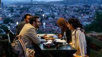 Warga berbuka puasa pada hari pertama bulan Ramadan di sebuah benteng tua yang menghadap ke pusat bersejarah Sarajevo, Bosnia, (16/5). Muslim Bosnia mencapai sekitar 40 persen dari penduduk Bosnia 3,8 juta. (AP Photo / Amel Emric)